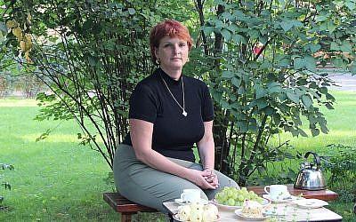 Silvia Foti rend visite à un ami à Vilnius, en Lituanie, au mois de juillet 2013 (Crédit : Ina Budryte/via JTA)