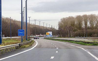 La frontière entre la France et la Belgique au niveau de l'autoroute 2 (en France) et de l'autoroute 7 (en Belgique). (Crédit : Raimond Spekking / Wikimedia Commons)
