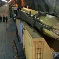 Un missile balistique dans une base souterraine, située dans un endroit secret du pays, à 500 mètres de profondeur. (Crédit : capture d'écran PressTV)