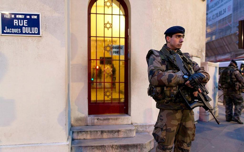 Des soldats français patrouillent le 21 janvier 2015 devant une synagogue à Neuilly-sur-Seine, dans le cadre du plan Vigipirate, un outil central du dispositif français de lutte contre le terrorisme. (Crédit : KENZO TRIBOUILLARD/AFP/Getty Images)