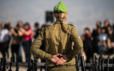 Photo d'illustration : une commandante de l'armée israélienne lors d'une cérémonie de prestation de serment de recrues, toutes des femmes, le 18 février 2015 (Crédit : Unité du porte-parole de l'armée israélienne/Flickr)