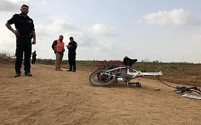 Le vélo électrique de l'homme tué lors d'un accident avec un quad à proximité de Moshav Berekhya, le 19 octobre 2018 (Crédit : Unité du porte-parole de la police)