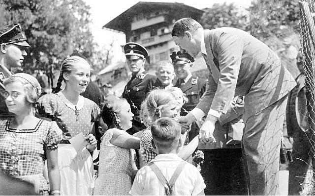 Le leader nazi Adolf Hitler avec des enfants au Berghof, sa demeure alpine préférée (Crédit : domaine public)