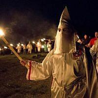 Illustration : des membres du Ku Klux Klan durant un rassemblement dans l'Etat de Géorgie, le 23 avril 2016. (Crédit : AP/John Bazemore)
