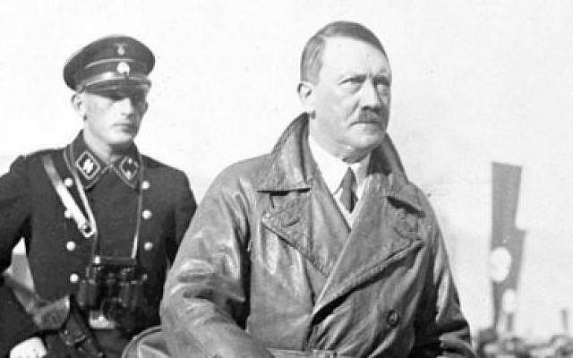 Adolf Hitler avec un de ses valets d'avant-guerre, Karl Wilhelm Krause (Domaine public)