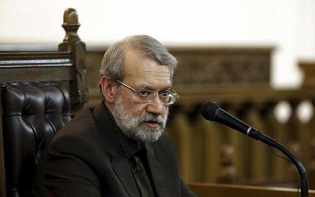 Le chef du Parlement iranien Ali Larijani durant une conférence de presse à Téhéran, en Iran, le 13 mars 2017 (Crédit : AP Photo/Ebrahim Noroozi)