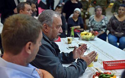 Le ministre de la Défense Avigdor Liberman s'adresse aux habitants de la périphérie de Gaza au kibboutz Kerem Shalom, le 26 octobre 2018 (Crédit : Ariel Hermoni/ ministère de la Défense)