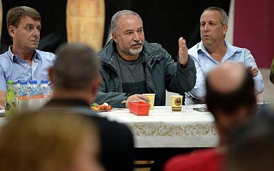 Avigdor Liberman, alors ministre de la Défense, s'adresse aux habitants de la périphérie de Gaza au kibboutz Kerem Shalom, le 26 octobre 2018 (Crédit : Ariel Hermoni/ Defense Ministry)