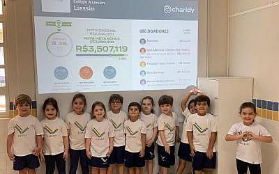 Les élèves de l'école Liessin de Rio de Janeiro, au Brésil, durant une campagne de collecte de fonds au mois d'octobre 2018 (Autorisation :  Liessin via JTA)