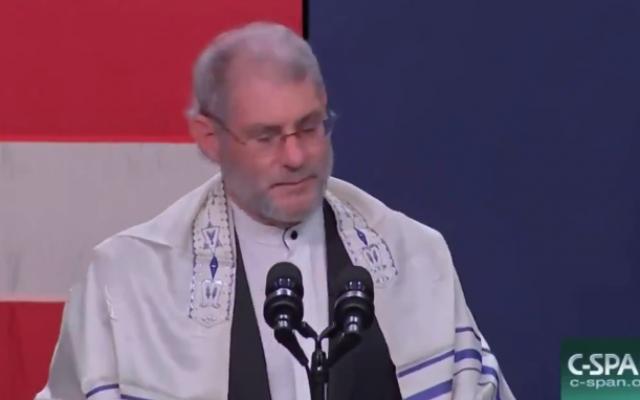 """Le """"rabbin"""" Loren Jacobs, de la congrégation Shema Yisrael de Bloomfield Hills, prie en hommage aux victimes de la fusillade Pittsburgh,, durant un meeting des républicains à Oakland County, le 29 octobre 2018. (Crédit : capture d'écran)"""