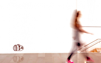L'une des sculptures en métal rouillé d'Aya Ben Ron représentant les blessures subies pendant la guerre et les conflits, accrochée aux murs du bâtiment Polonsky de l'Institut Van Leer à Jérusalem pour Manofim 2018 (Avec l'aimable autorisation de Manofim)