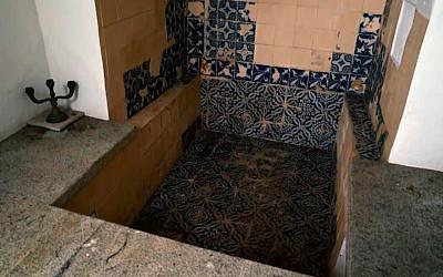 Un bain rituel du 17e siècle de Pelourinho, dans le centre historique de Salvador, la capitale de l'Etat de Bahia, au nord-est du Brésil. (Crédit : capture d'écran TV Bahia)