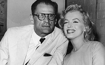 L'actrice américaine Marilyn Monroe et son époux, le romancier Arthur Miller, à l'aéroport de Londres, le 14 juillet 1956 (Crédit : Fox Photos/Hulton Archive/Getty Images)