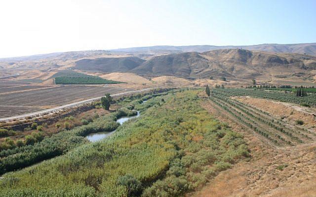 Vue aérienne sur la rivière du Jourdain (Crédit : Shmuel Bar-Am)