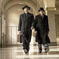 """Barry Atsma, à gauche, et Jacob Derwig dans les rôles respectifs de Walraven et Gijs van Hall dans """"Le banquier de la résistance (Crédit : Dutch FilmWorks/via JTA)"""