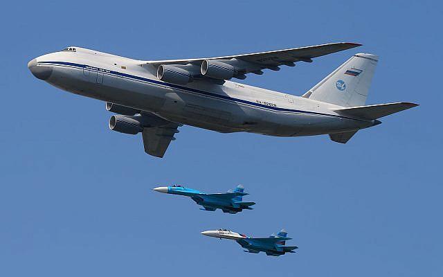 Un avion An-124 100 photographié en mai 2010 lors d'une parade de la Journée de la victoire à Moscou (Crédit :  Wikimedia, Sergey Kustov, CC BY-SA 3.0)