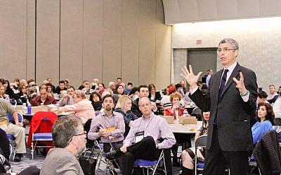 Le rabbin Rick Jacobs, président de l'Union pour le judaïsme réformé, répondant aux questions des rabbins lors d'une conférence lors de la biennale de la Réforme à San Diego, le 13 décembre 2013. (Crédit : URJ via JTA)