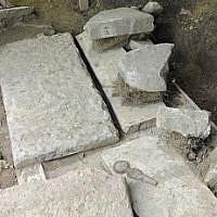 Photo d'illustration de stèles détruites dans un cimetière juif (Crédit : AP/Hans Punz)