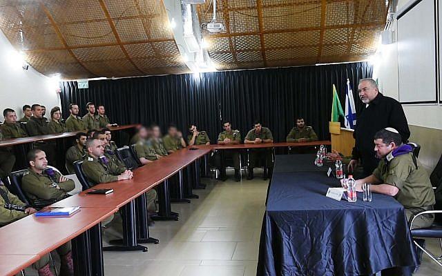 Le ministre sortant de la Défense Avigdor Liberman lors d'une tournée d'adieu aux soldats dans la région de la frontière avec Gaza, le 16 novembre 2018 (Crédit : Ariel Hermoni/Ministère de la Défense)