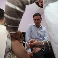 Un malade se fait vacciner contre la rougeole à Jérusalem au mois de novembre 2018 (Autorisation : Ministère de la Santé)