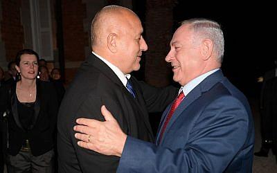 Le Premier ministre Benjamin Netanyahu salue son homologue bulgare Bokyo Borisov avant leur rencontre dans la ville côtière de Varna, au bord de la mer Noire, le 1er novembre 2018 (Crédit : Amos Ben Gershom/GPO)