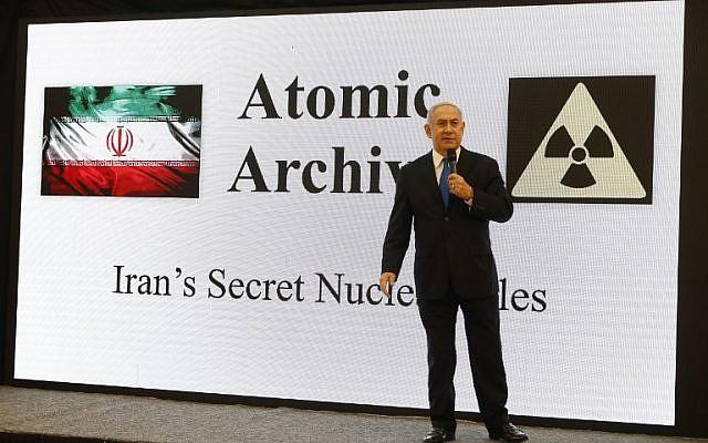 Le Premier ministre Benjamin Netanyahu, prononce un discours sur les archives iraniennes extraites du Mossad, documentant le programme nucléaire iranien, au ministère de la Défense à Tel Aviv le 30 avril 2018. (Crédit : AFP / Jack Guez)