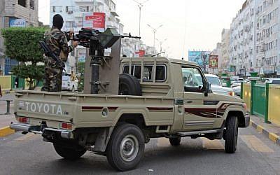 Des combattants yéménites progouvernement soutenus par l'Arabie saoudite et les Emirats arabes unis patrouilles dans les rues d'Aden, le 11 juin 2018. (Crédit : AFP PHOTO / Saleh Al-OBEIDI)