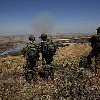 Des soldats israéliens sur une base de l'armée sur le plateau du Golan regardent de l'autre côté de la frontière avec la Syrie le 7 juillet 2018. (AFP Photo/Jalaa Marey)