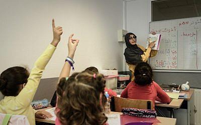 Une enseignante donne cours de langue arabe à l'Institut Lissane, une école privée au Kremlin-Bicêtre, le 3 ocotbre 2018. (Crédit :Philippe LOPEZ / AFP)