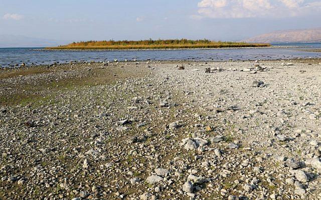 Photo prise le 8 octobre depuis le kibboutz Ein Guev. on voit une île dans le lac de Tibériade, qui est apparue à cause d'une baisse de niveau de l'eau, attribuée à une surexploitation des ressources. (Crédit : JACK GUEZ / AFP)