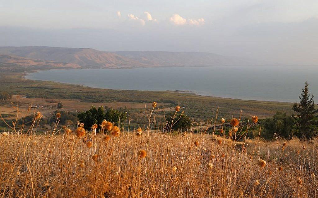 Le lac de Tibériade, vu depuis le kibboutz Chorazime, le 8 ocotbre 2018. (Crédit : AFP/Jak Guez)