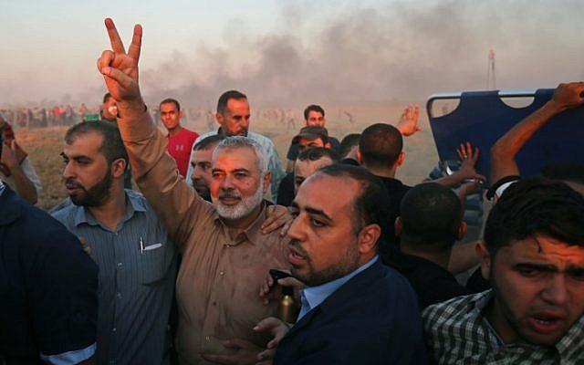 Le chef du Hamas à Gaza, Ismaïl Haniyeh, fait le V de la victoire sur la frontière entre Israël et la bande de Gaza, à l'est de Gaza City, le 12 octobre 2018 (Crédit : SAID KHATIB / AFP)