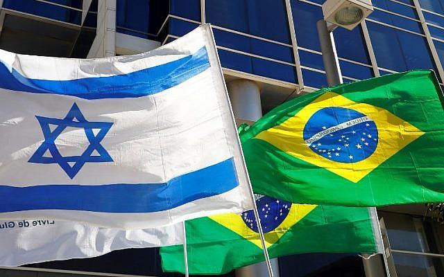 Les drapeaux israélien et brésilien flottent devant les bureaux qui abritent l'ambassade du Brésil à Tel Aviv, le 28 octobre 2018; (Crédit : JACK GUEZ / AFP)