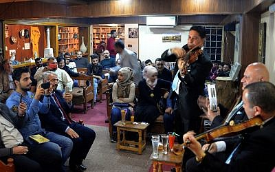 Des irakiens écoutent de la musique dans un café de Mossoul, le 2 novembre 2018. (Crédit : Zaid AL-OBEIDI / AFP)