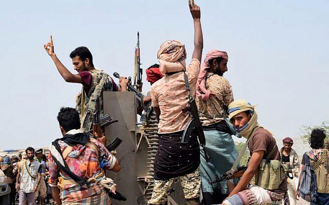 Des forces yéménites progouvernementales sur une autoroute à l'est de Hodeida pour reprendre contrôle de la ville, aux mains des Houthis, le 6 novembre 2018. (Crédit :  AFP)