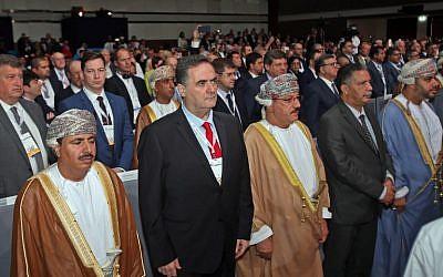 Le ministre des Transports, Yisraël Katz, à gauche, aux côtés de représentants omanais lors de la cérémonie d'ouverture du congrès mondial de l'Union du transport routier à Mascate (Oman) le 7 novembre 2018. (Crédit : Mohammed Mahjoub / AFP)