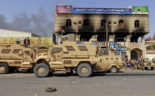 Des forces yéménites progouvernementales sur une autoroute à l'est de Hodeida pour reprendre contrôle de la ville, aux mains des Houthis, le 8 novembre 2018. (Crédit : Khaled Ziad / AFP)