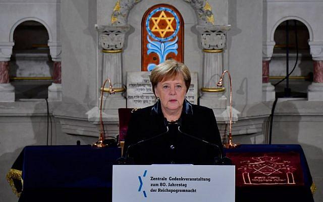 La chancelière allemande Angela Merkel à la synagogue Rykestrasse, lors d'une commémoration de la Nuit de Cristal, le 9 novembre 2018. (Crédit : Tobias SCHWARZ / AFP)