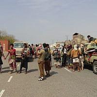 Des forces yéménites progouvernmentales aux abords d'Hodeida, mènent un combat pour reprendre la ville des mais des Houthis, le 10 novembre 2018. (Crédit : STRINGER/AFP)