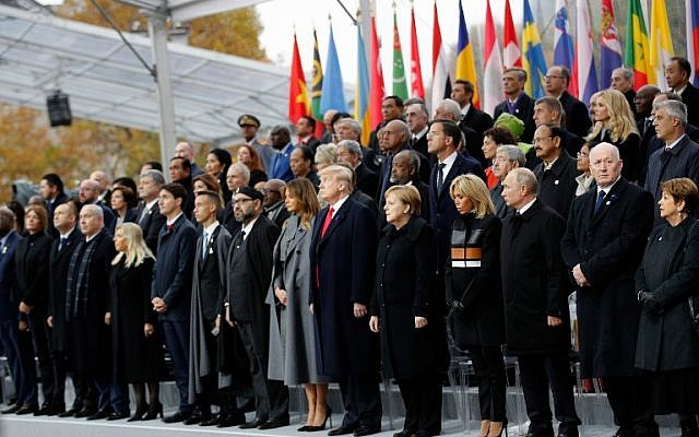Près de 70 chefs d'Etat et de gouvernement, dont les présidents américain, russe, turc et le Premier ministre israélien, ont commémoré au pied de l'Arc de Triomphe à Paris le centenaire de l'armistice de 1918, le 11 novembre 2018. (Crédit : Francois Mori / POOL / AFP)