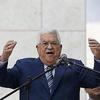 Le président de l'Autorité palestinienne, Mahmoud Abbas, prononce un discours après avoir déposé une couronne de fleurs sur la tombe de l'ancien dirigeant palestinien Yasser Arafat à Ramallah, en Cisjordanie, le 11 novembre 2018. (Crédit : Abbas Momani/AFP)