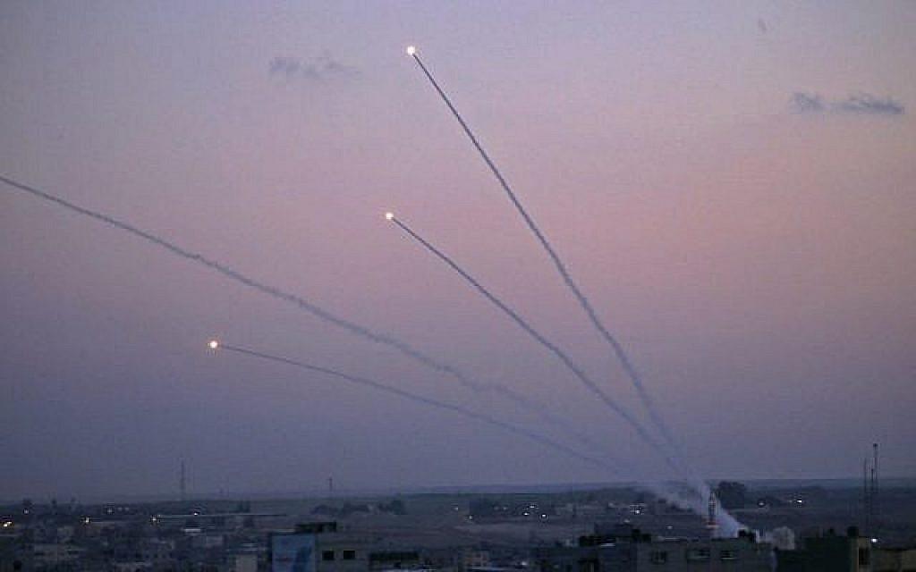 Des missiles sont lancés vers Israël depuis la bande de Gaza le 12 novembre 2018. (Crédit : Said KHATIB / AFP)