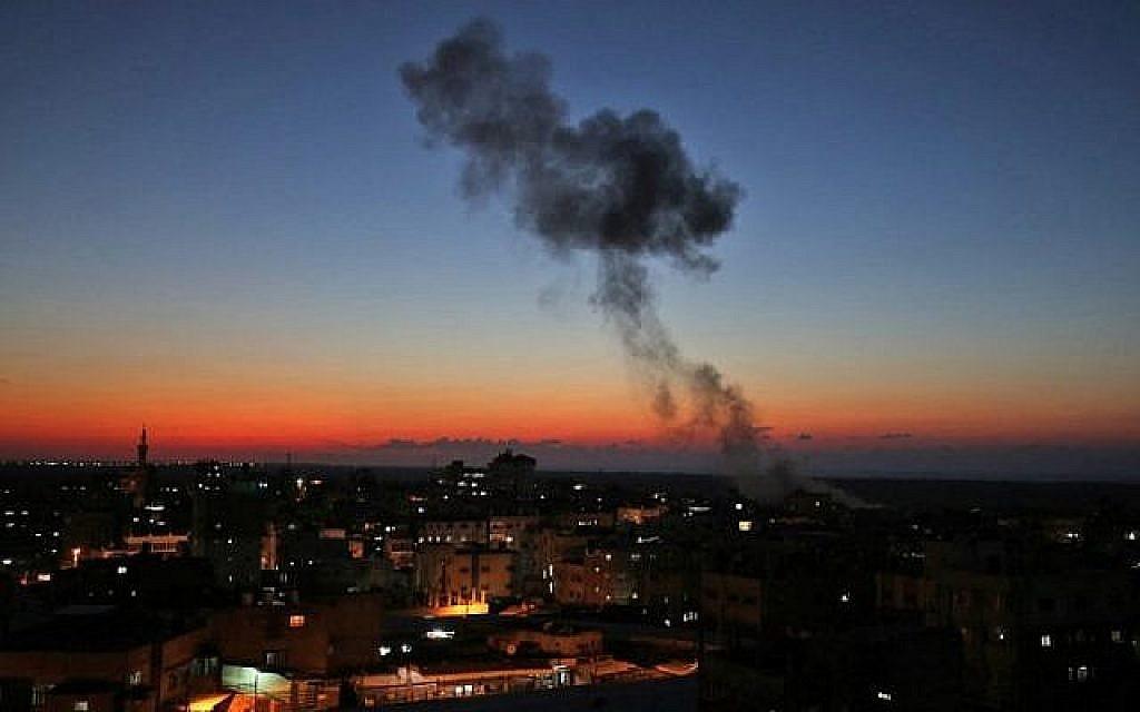 De la fumée s'échappe après les frappes aériennes israéliennes visant Rafah dans le sud de la bande de Gaza, près de la frontière avec l'Égypte, le 12 novembre 2018. (Crédit : SAID KHATIB / AFP)