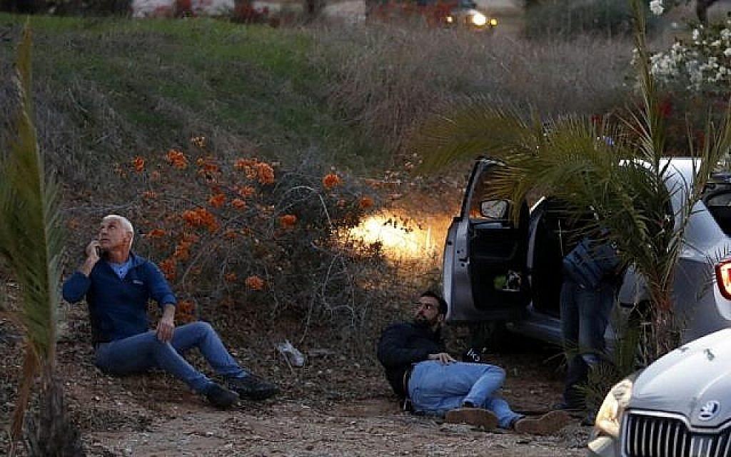 Des Israéliens se mettent à l'abri alors que des roquettes sont tirées depuis la bande de Gaza, dans la ville de Sderot, dans le sud d'Israël, le 12 novembre 2018. (Crédit : Jack GUEZ / AFP)