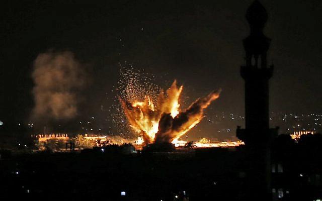 Incendie et fumée après des attaques aériennes israéliennes visant Rafah dans le sud de la bande de Gaza, près de la frontière avec l'Égypte, le 12 novembre 2018. (Crédit : Saïd KHATIB / AFP)