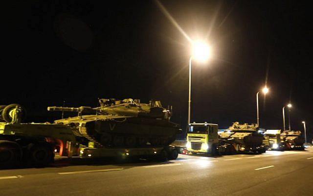 Une photo prise le 12 novembre 2018 montre un convoi de chars israéliens sur une autoroute près de la ville de Sdérot dans le sud d'Israël (Crédit : Menahem KAHANA / AFP)