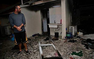 Un Israélien inspecte les dégâts dans un appartement touché par une roquette lancée depuis la bande de Gaza, dans la ville d'Ashkelon, dans le sud d'Israël, le 12 novembre 2018. (Crédit : GIL COHEN-MAGEN / AFP)