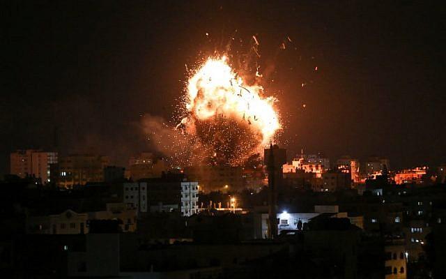Une photo prise le 12 novembre 2018 montre une boule de feu au-dessus du bâtiment abritant la chaîne de télévision du Hamas al-Aqsa TV dans la ville de Gaza pendant une frappe aérienne israélienne. ( Bashar TALEB / AFP)