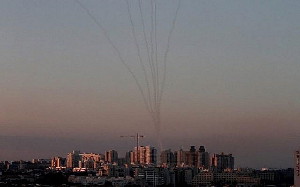 Des missiles du système de défense anti-aérienne du Dôme de fer dans le sud d'Israël détruisent les missiles arrivant au-dessus d'Ashkelon, tirés depuis la bande de Gaza le 13 novembre 2018. (Crédit : GIL COHEN-MAGEN / AFP)