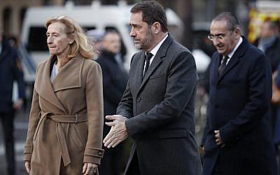 Laurent Nuñez (à droite) avec la ministre de la Justice Nicole Belloubet (g.), et le ministre de l'Intérieur Christophe Castaner arrivant au dévoilement de la plaque commémorative près du bar Le Carillon bar et du restaurant à Paris pour marquer le 3e anniversaire des attaques de novembre 2015, le 13 novembre dernier à Paris (Crédit: BENOIT TESSIER / POOL / AFP)
